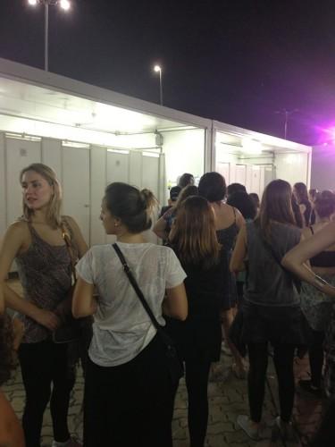 a fila do banheiro feminino estava tensa