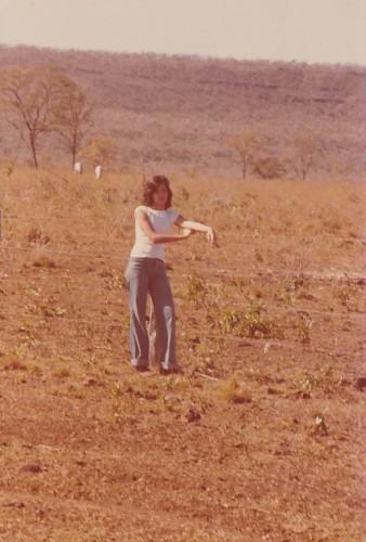 lucia freitas numa cerca da fazenda Uirapuru