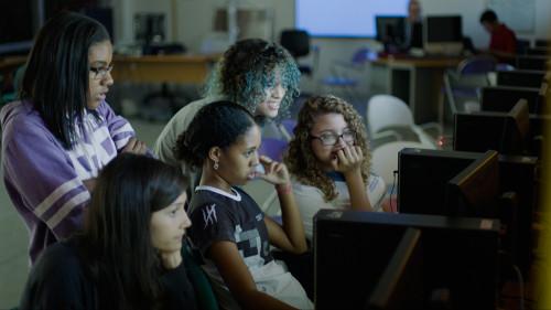 As nossas meninas empilhadas no laboratório de informática da escola.